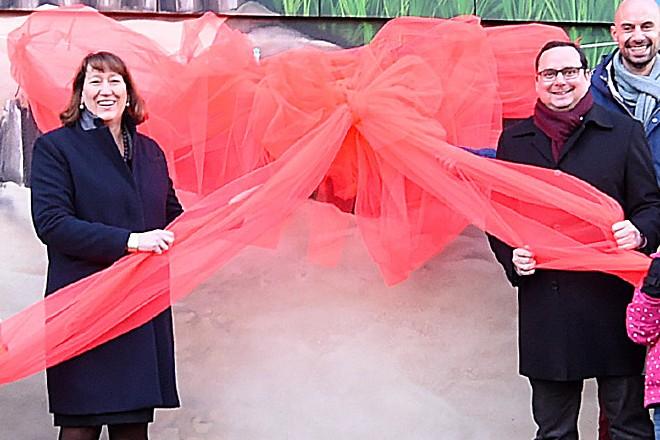 Thomas Kufen, Oberbürgermeister der Stadt Essen, und Hildegard Müller, Vorstand Netz und Infrastruktur bei innogy SE, weihten gemeinsam mit den Kindern und Künstlern das 1.000 qm² große Kunstwerk ein. Bild 2: Im Rahmen des Workshops