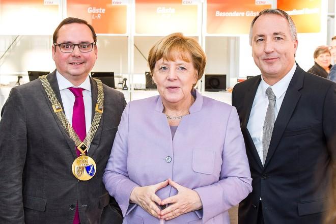 Begrüßten, anlässlich des 29. Parteitages der CDU Deutschlands in der Essener Grugahalle, die Bundeskanzlerin der Bundesrepublik Deutschland, Dr. Angela Merkel, Oberbürgermeister der Stadt Essen Thomas Kufen (links im Bild) und Oliver P. Kuhrt, Geschäftsführer der Messe Essen GmbH.