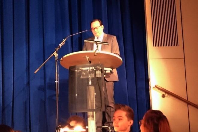 Oberbürgermeister Thomas Kufen begrüßt die Orchester-Austauschschüler aus Tel Aviv beim Konzert in der Aula des Gymnasiums Werden Foto: Stadt Essen