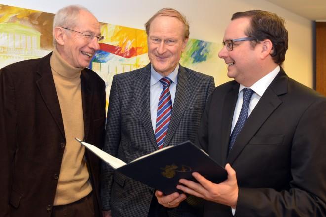 Oberbürgermeister Thomas Kufen verabschiedet die Mitglieder des Umlegungsausschusses Dieter Wewer (links) und Reihnart Piens (Mitte).