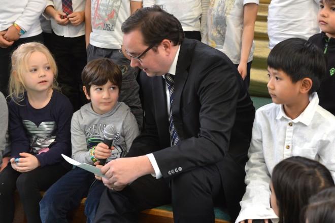 Oberbürgermeister Thomas Kufen liest bei der Weihnachtsfeier des Deutscher Kinderschutzbundes eine Geschichte vor.