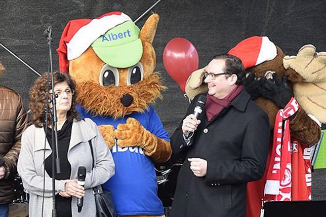 Oberbürgermeister Thomas Kufen (am Mikrofon) eröffnet den 8. AllbauKinderweihnachtsmarkt