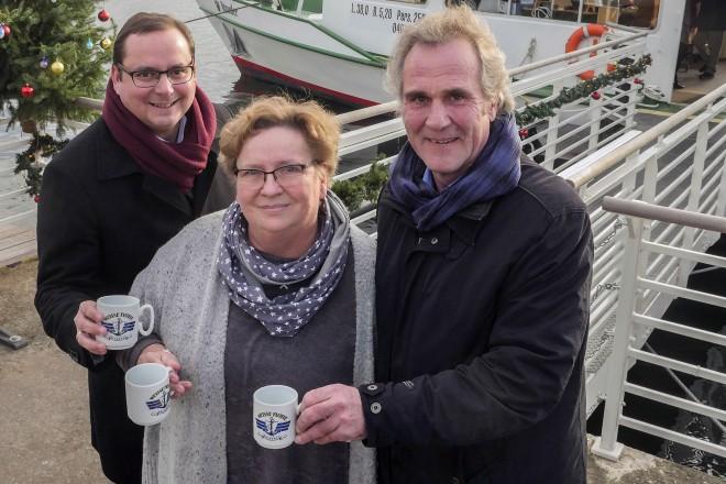 Oberbürgermeister Thomas Kufen (links), Elisabeth Hämel (Form und Art) und Franz-Josef Ewers, Geschäftsführer Weiße Flotte Baldeney eröffneten den Schiffsweihnachtsmarkt. Foto: Michael Gohl