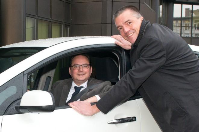 Sascha van Gool, NISSAN Center Europe GmbH bei der Übergabe eines Elektro-Fahrzeuges an Oberbürgermeister Thomas Kufen. Das Auto ist für das Ordnungsamt bestimmt.