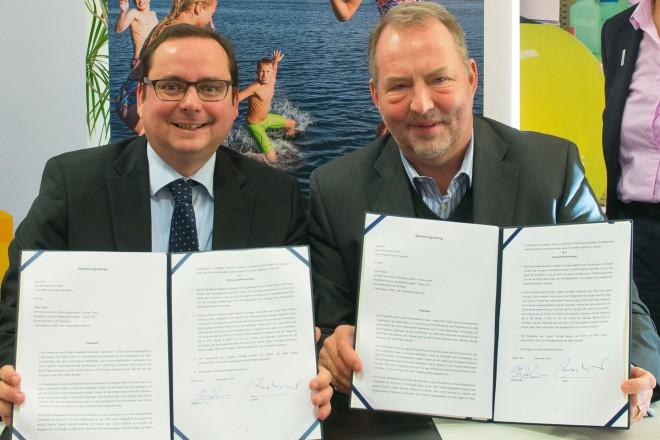Oberbürgermeister Thomas Kufen (links) und Thomas Zinnöcker, CEO von ista unterzeichneten den Sponsoringvertrag. Rechts im Bild Umweltdezernentin Simone Raskob.