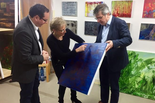 Oberbürgermeister Thomas Kufen (links) besucht die Essener Künstlerin Mechthild Frölich.