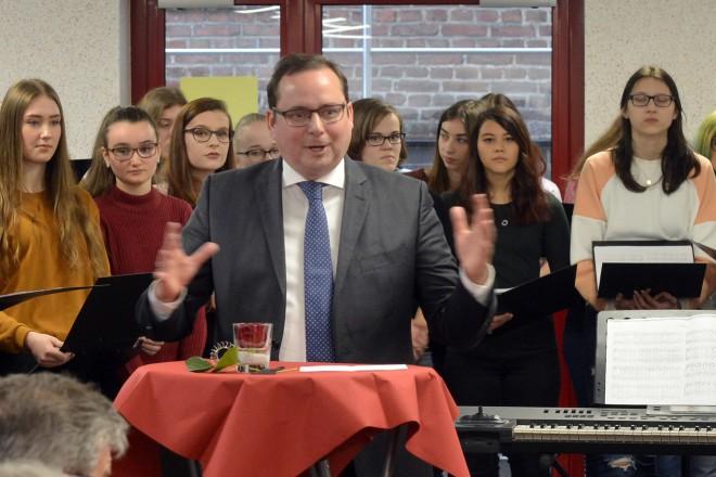 Oberbürgermeister Thomas Kufen weiht die neue Mensa im Leibniz-Gymnasium ein.