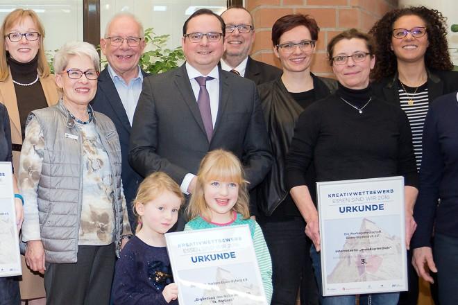 """Oberbürgermeister Thomas Kufen bei der Preisverleihung des Kreativwettbewerb """"Essen sind wir"""", Bezirk VIII."""