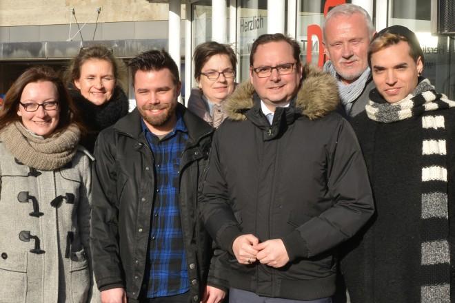 Oberbürgermeister Thomas Kufen (5.v.r.) auf dem Willy-Brandt-Platz beim bundesweiten Tag des Gedenkens an die Opfer des Nationalsozialismus.