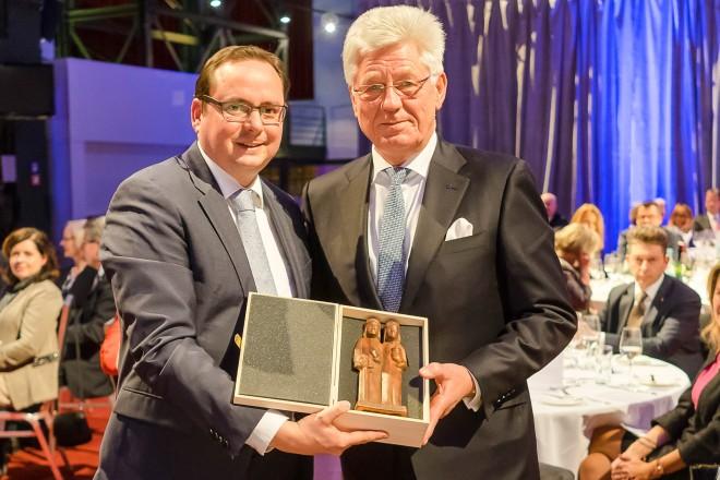 Staffelübergabe des Vorstandsvorsitzenden der Noweda eG Apothekergenossenschaft v.l.n.r Oberbürgermeister Thomas Kufen und Wilfried Hollmann