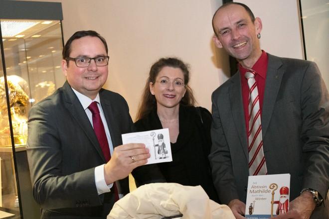 Ziehung des Gewinners der Playmobilausstellung, v.l.n.r.: Oberbürgermeister Thomas Kufen, Leiterin der Domschatzkammer Dr. Vera Henkelmann, Rainer Teuber.