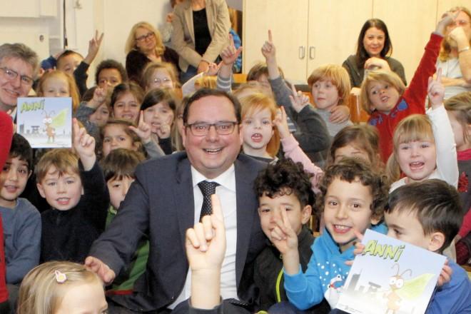 Foto: Oberbürgermeister Thomas Kufen mit Kindern der Kita Brassertstraße