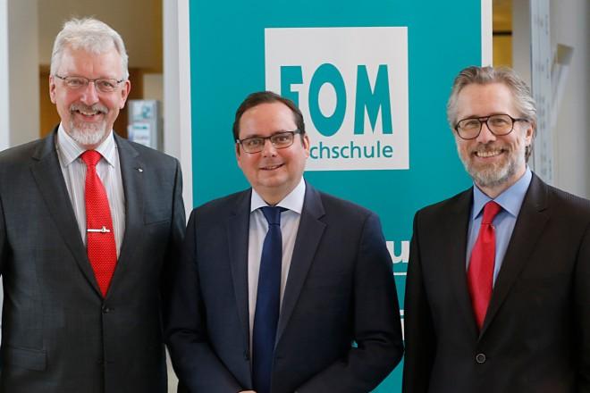 Oberbürgermeister Thomas Kufen (Mitte) beim Essener Gesundheitssymposiums FOM Hochschule. Mit auf dem Foto Prof. Dr. Hans-Joachim Flocke (lins) und Prof. Dr. Stefan Heinemann, Prorektor der FOM Essen.