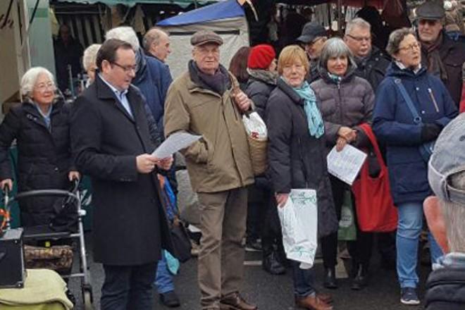 Oberbürgermeister Thomas Kufen beim Marktsingen in Rüttenscheid