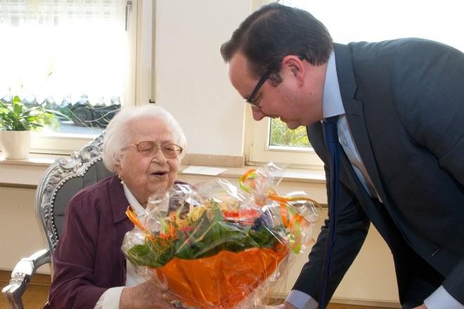 Oberbürgermeister Thomas Kufen gratuliert Elisabeth Kipar zum 100. Geburtstag.