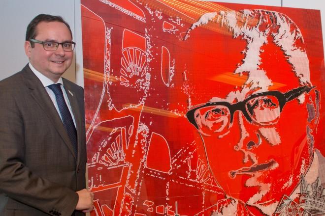 Oberbürgermeister Thomas Kufen (links), Bürgermeister Rudolf Jelinek (2.v.l) und SPD-Fraktionsvorsitzender Rainer Marschan enthüllen ein Bild von Gustav Heinemann.