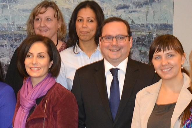 """Übergabe der Zertifikate """" Schulung Interkulturelle Gesundheitslotsen """" Gruppenbild mit Oberbürgermeister Thomas Kufen ( 6.von r.)"""