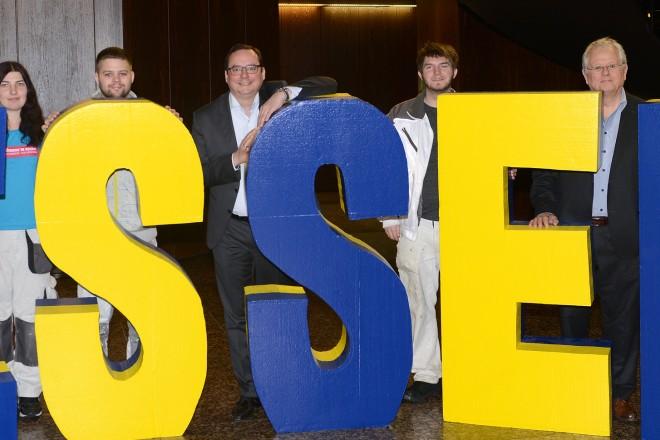 Übergabe der ESSEN-Buchstaben an Oberbürgermeister Thomas Kufen ( Mitte ) durch die Jugendhilfe Essen