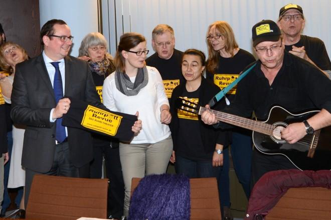 Oberbürgermeister Thomas Kufen begrüßt das Ensemble der Ruhrpott Revue
