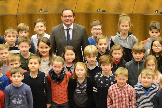 Oberbürgermeister Thomas Kufen ( hintere Reihe Mitte ) ehrt die Siegerinnen und Sieger des Essener Mathematikwettbewerbes der Grundschulen