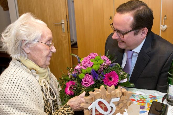 Oberbürgermeister Thomas Kufen gratuliert Lisbeth Suck zum 105. Geburtstag.
