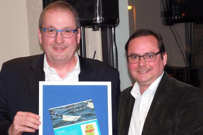 Oberbürgermeister Thomas Kufen (rechts) ehrt Dirk Dunker bei der Jahreshauptversammllung des Steeler Rudervereins.