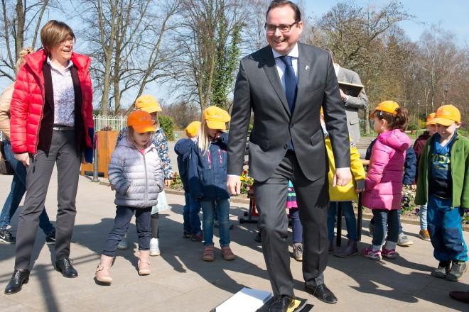 """Oberbürgermeister Thomas Kufen hinterläßt seinen Fußabdruck bei der """"Schule Natur"""". Links im Bild Beigeordnete Simone Raskob."""