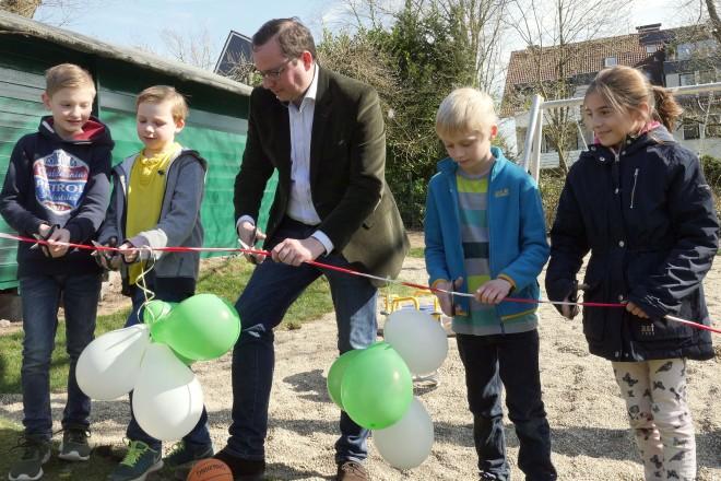 Oberbürgermeister Thomas Kufen eröffnet beim TC Heisingen den neuen Spielplatz. Auf dem Foto: V.l.n.r.: Felix, Robin, Oberbürgermeister Kufen, Jan und Sophie.
