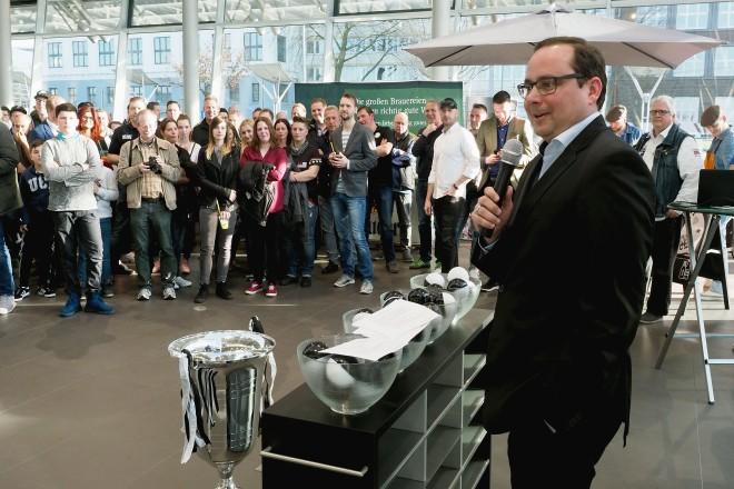 Oberbürgermeister Thomas Kufen bei der Auslosung des Preussen Cup.