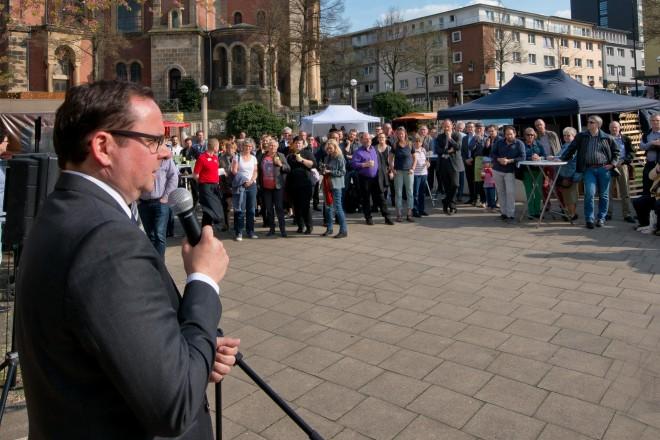 Oberbürgermeister Thomas Kufen eröffnet den Feierabendmarkt auf dem Weberplatz.