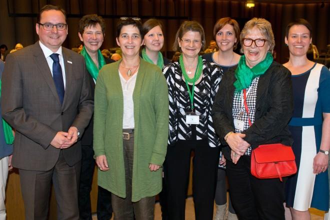 Zur 40-jährigen Jubiläumsfeier der Frauenselbsthilfegruppe nach Krebs hielt NRW-Gesundheitsministern Barbara Steffens (4.v.l.) den Festvortrag und Oberbürgermeister Thomas Kufen richtete ein Grußwort an die Teilnehmerinnen und Teilnehmer.