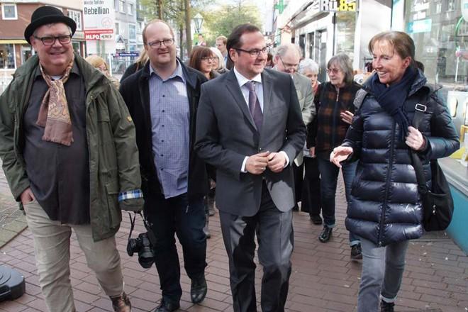 Oberbürgermeister Thomas Kufen (Mitte ) eröffnet die 3. Rüttenscheider Kunstmeile