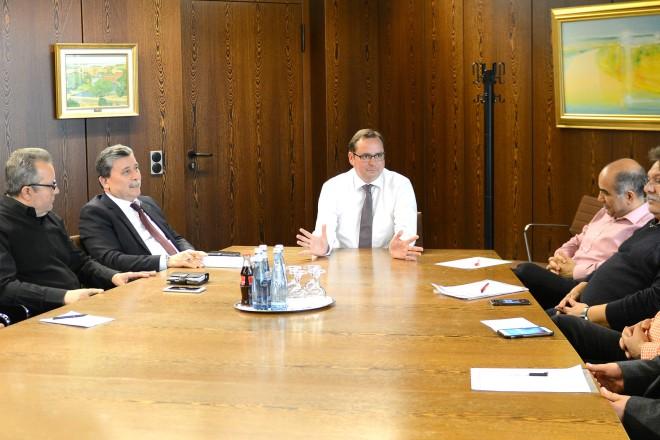 Oberbürgermeister Thomas Kufen ( Mitte ) begrüßt Vertreter türkischer Organisationen, zum Gespräch im Rathaus.