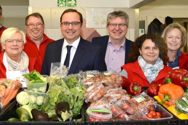 Oberbürgermeister Thomas Kufen (4.v.l ) und Sozialdezernent Peter Renzel ( 4.v.r ) besuchen zum Informationsaustausch die Essener Tafel