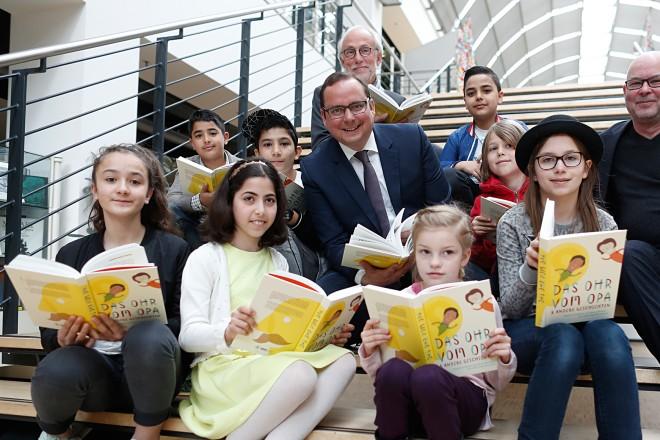 """Oberbürgermeister Thomas Kufen liest zum Welttag des Buches aus """"Das Ohr vom Opa"""" eine Geschichte vor."""