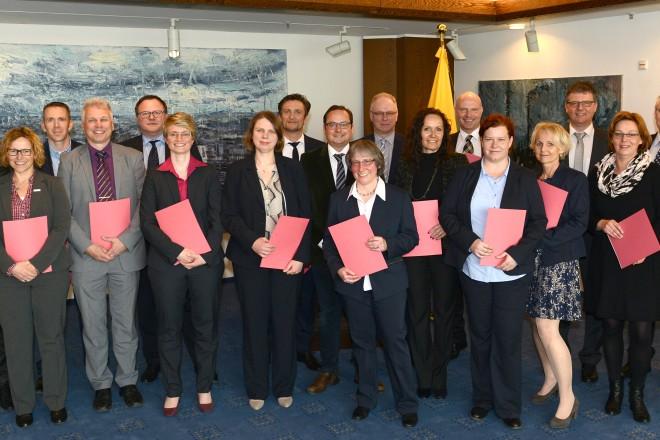 Oberbürgermeister Thomas Kufen ( Mitte ) gratuliert den Absolventen zur Zertifizierung Modulare Qualifizierung