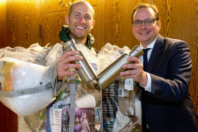 Der Umweltaktivist Bob Greenfield besucht Oberbürgermeister Thomas Kufen in seinem Büro.