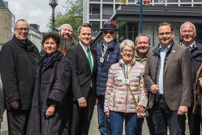 Maibaum-Fest des Stadtverbandes der Bürger- und Verkehrsvereine Essen e.V. auf dem Willy-Brandt-Platz in Essen.