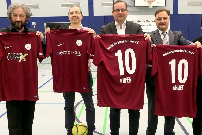 3. traditionelles Fußball-Hallenturnier der Alevitischen Gemeinden mit symbolischem Anstoss von Oberbürgermeister Thomas Kufen.