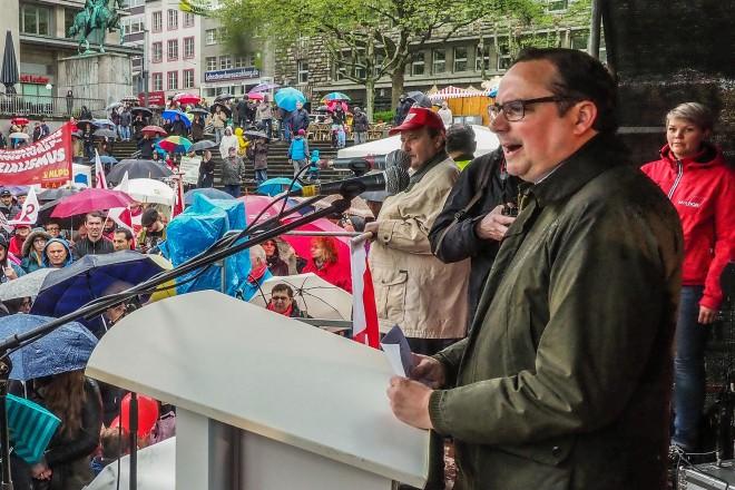 Oberbürgermeister Thomas Kufen spricht bei der Maikundgebung auf dem Burgplatz