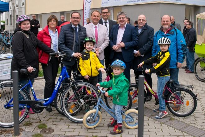 Oberbürgermeister Thomas Kufen (3.v.l.) bei der offizielle Eröffnung der Zweiradstation Niederfeldsee .