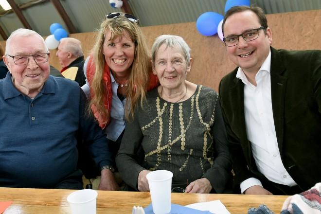 40 Jahre Reitgemeinschaft 77 Dellwig e.V. Die 1. Vorsitzende Corinna Esser-Flötgen (2. v.l.) und Oberbürgermeister Thomas Kufen mit Ralf und Hedi Winterhoff, die bereits seit 40 Jahren dem Verein angehören.