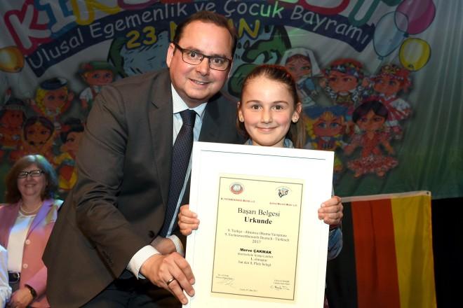 Zeche Carl, Internationales Kinderfest. OberbürgermeisterThomas Kufen ehrt Merve Cakmak, die im Vorlesewettbewerb (Jahrgang 3) des Elternverbandes Ruhr und des Lehrervereins Ruhr den 1. Platz belegte