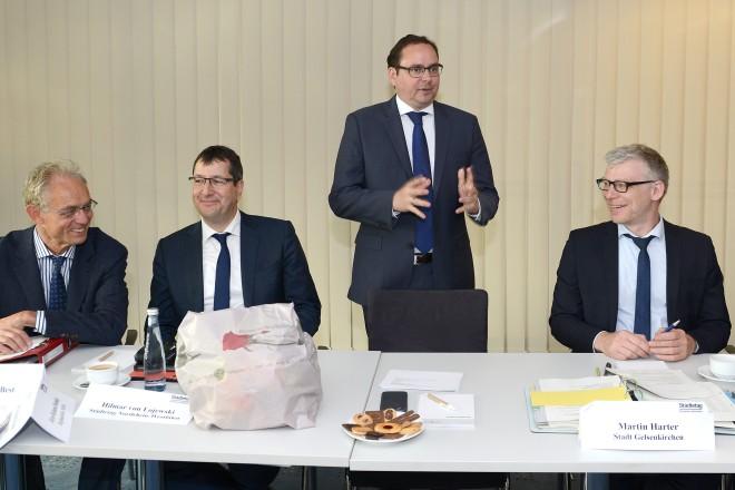 Oberbürgermeister Thomas Kufen begrüßt die Teilnehmer des Bau-und Verkehrsausschuss des Deutschen Städtetag NRW