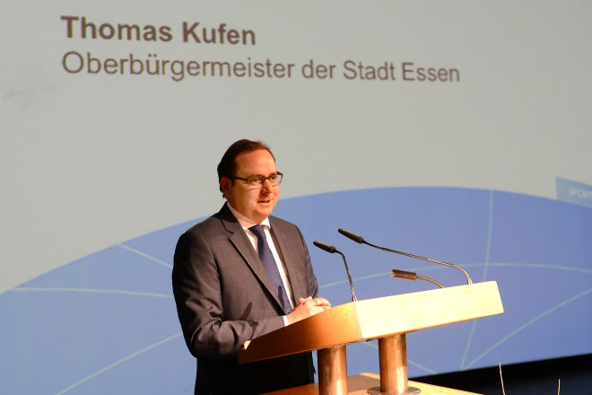 Oberbürgermeister Thomas Kufen spricht Grußworte anlässlich der Ehrungsveranstaltung der Sportabzeichen-Wettbewerbe 2016 und Sportabzeichen-Erwerber mit den Zahlen 50-65