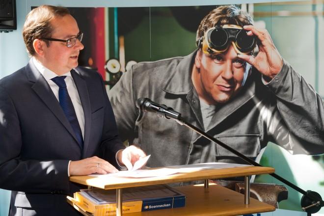 """Oberbürgermeister Thomas Kufen bei der Siegerehrung des Bezirkswettbewerbes """"Jugend schweißt"""" im Haus des Handwerks."""