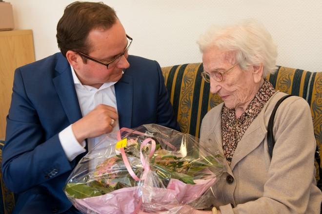 Oberbürgermeister Thomas Kufen gratuliert Elfriede Olejnik zum 107. Geburtstag.