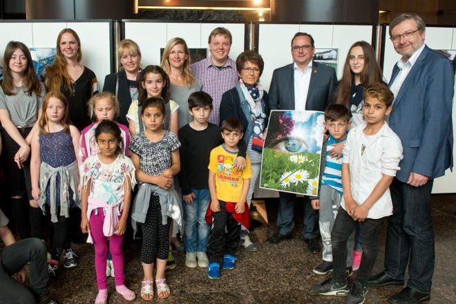 """Oberbürgermeister Thomas Kufen (2. Reihe 3.v.r.) eröffnet die Ausstellung """"Fotoprojekt Essener Jugendlicher"""" im Rathausfoyer."""