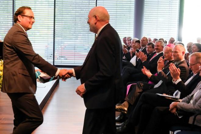 Oberbürgermeister Thomas Kufen (links) lobte die Arbeit von Günter Oelscher, Direktor des Franz Sales Haus.