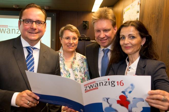 Jahresberichtübergabe Verbraucherzentrale Essen. V.l.n.r.: Oberbürgermeister Thomas Kufen, Sigrun Widmann, Volker Naujok und Manuela Duda.